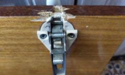 Жена заставила отремонтировать дерцу кухонного шкафа: петли вырвались «с мясом»