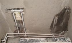 Как заделать щель между ванной, стеной и трубами, чтобы не протекала вода: просто и недорого
