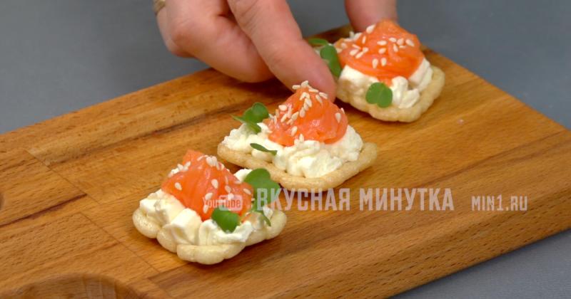 Крабовая паста для бутербродов: пример закуски для любителей крабовых салатов (плюс ещё две идеи для канапе)