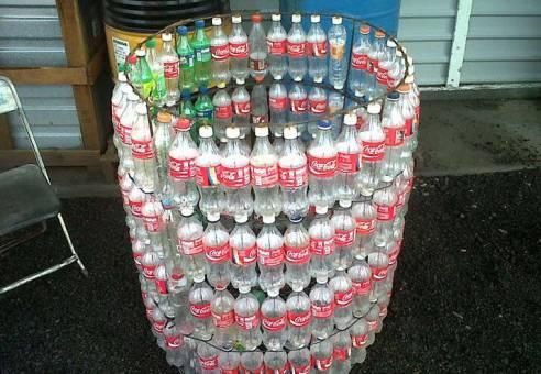 Мусорный бак из пластиковых бутылок - незаменимая вещь на даче за копейки