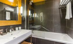 Никогда не ставьте стеклянную шторку в ванной (7 проблем). Совковый пережиток (шторка) против новомодного стекла